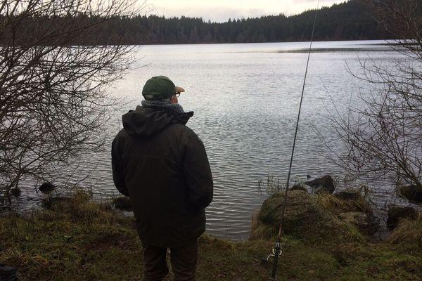 Les pêcheurs du lac du Bouchet en Haute-Loire ont repris leur quartier sur les bords du lac depuis la semaine du 8 janvier