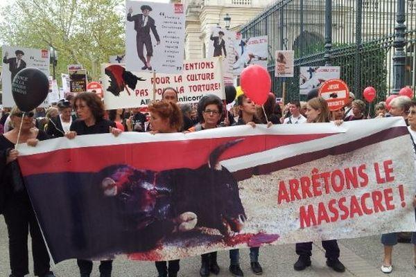 Environ 300 opposants à la corrida ont défilé de la préfecture aux arènes de Nîmes