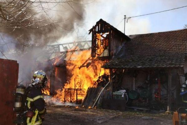 Le feu ne s'est pas propagé aux maisons d'habitations situées à proximité du hangar viticole.