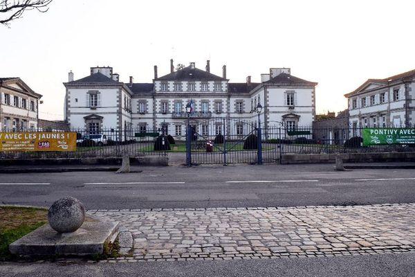 La mairie de Pontivy (56)avec la banderole des deux clubs avant les matchs de Coupe de France contre le PSG et Guingamp.