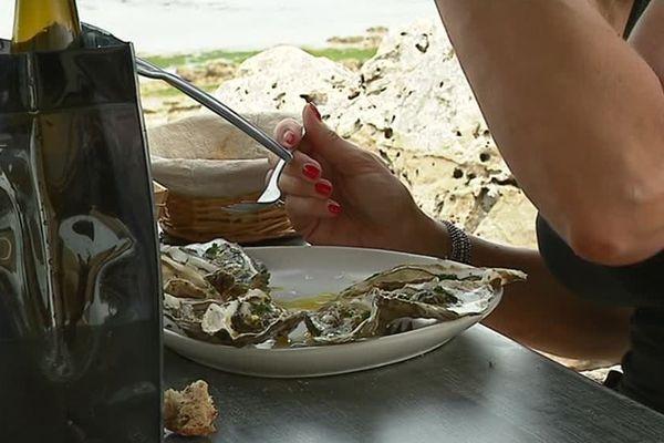 Les cabanes où l'on peut déguster des huîtres se multiplient sur l'île de Ré.