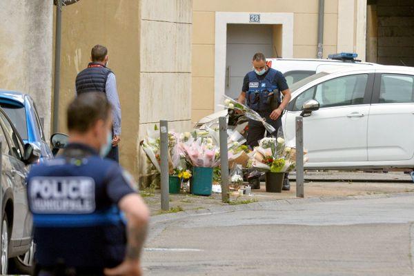 """Les syndicats de police organise une """"marche citoyenne"""" le 19 mai à Paris en hommage à leur collègue tué sur un point de deal à Avignon."""