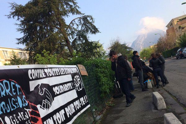 Une poignée de militants du DAL 38 ce lundi matin devant le centre Adoma de Seyssinet-Pariset
