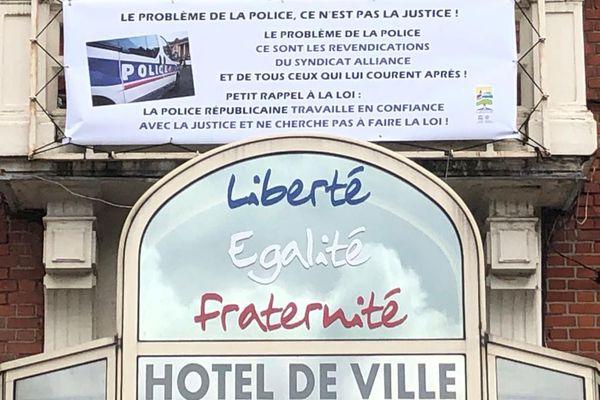 A Grenay, dans le Pas-de-Calais, cette banderole accrochée au fronton de la mairie n'a pas été du goût du syndicat de police Alliance.