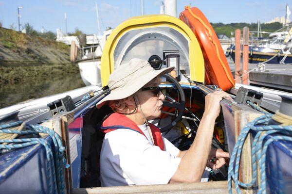 Avant le départ, Béatrice Nicolle vérifie le niveau des batteries. L'autonomie du bateau peut atteindre 11 heures.