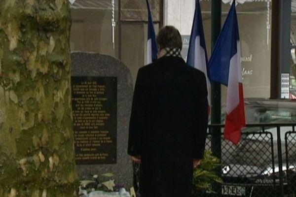François Feldman milite pour le devoir de mémoire. Ce retraité, dont la famille a pu échapper à une rafle en 1942, se recueille devant la stèle du souvenir des victimes de l'Holocauste à Vichy.