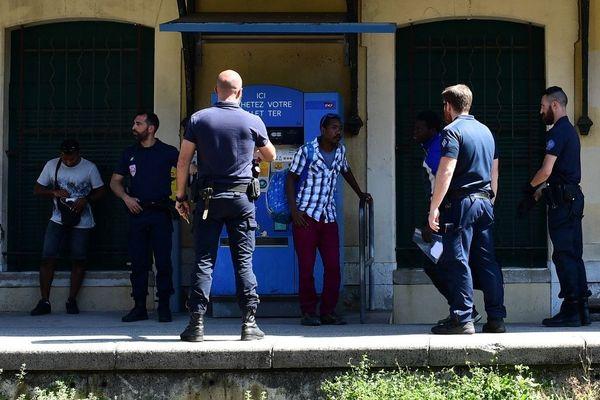 Des policiers contrôlent des migrants en gare de Menton, le 14 juin 2018