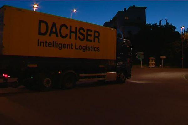 Malgré l'arrêté municipal, quelques poids-lourds circulaient lundi soir en centre-ville d'Auxerre.