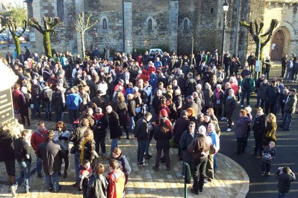 500 personnes se sont retrouvées devant le monument aux morts de Rouillé dans la Vienne.