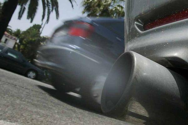 La pollution automobile et l'absence de vent plaquent au sol l'ozone qui stagne alors dans les villes.