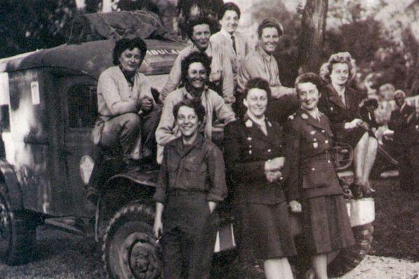 De gauche à droite, en haut: Edith Vézy, Michette Duhamel, Zizon Sicot, Danielle Heintz, Christiane Petit. En bas: Lucie Delplancke, Arlette d'Hautefeuille, Suzanne Torrès, Nicole Mangini. Parc de Bagatelle, Boulogne-Billancourt, août 1944