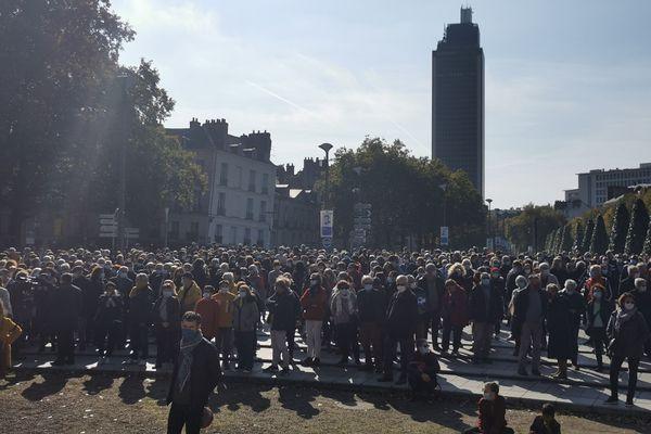 A Nantes, Angers, la Roche-sur-Yon, Saint-Nazaire, des miliers de personnes ont rendu hommage à Samuel Paty ce dimanche 18 octobre.