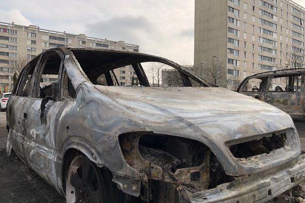 Le calme est revenu à Rillieux-la-Pape (Métropole de Lyon) samedi 6 mars au matin, mais les stigmates des échauffourées de la veille sont encore très nombreuses comme les carcasses des voitures brûlées, dans le quartier Les Alagniers.