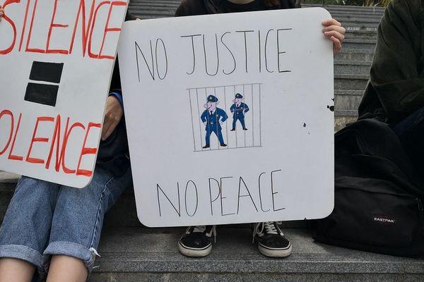"""""""Silence = violence"""", """"No justice no peace"""" les messages brandis pendant le rassemblement à Rennes"""