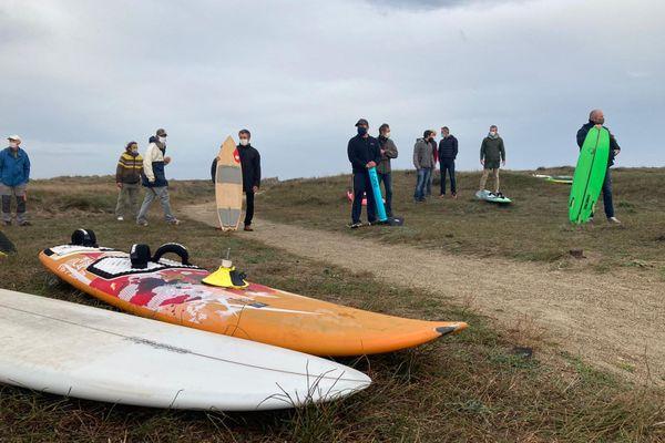 Une vingtaine de surfeurs ont manifesté sur la place de Canet ce 7 novembre. Ils ne comprennent pas pourquoi la préfecture maritime leur interdit de pratiquer leur sport.