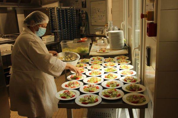 En cuisine on s'active avant l'arrivée des premiers pensionnaires