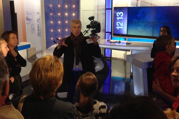 Jean Forneris, rédacteur-en-chef, et la journaliste Sandrine Montéro font découvrir le studio de présentation du journal télévisé.