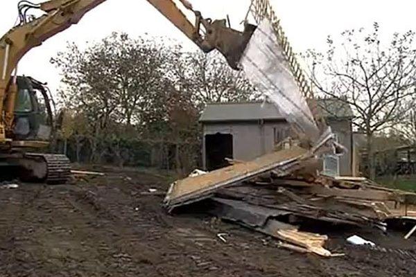 A Vains, la famille Saunier avait du assister à la destruction de leur maison, en novembre 2014.