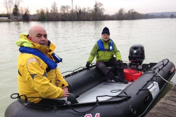 Laurent et Alain vont naviguer en Arctique sur ce bateau pneumatique.