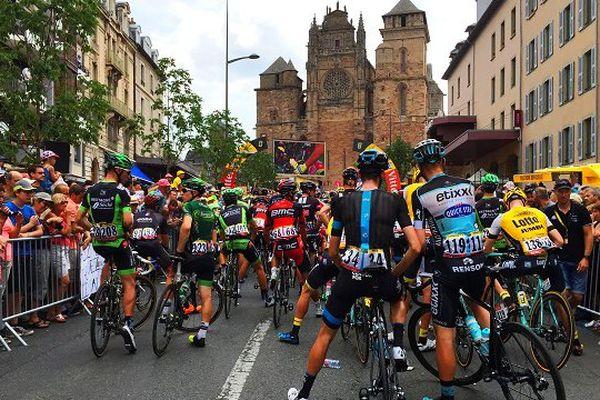 Les coureurs quelques minutes avant de quitter Rodez.