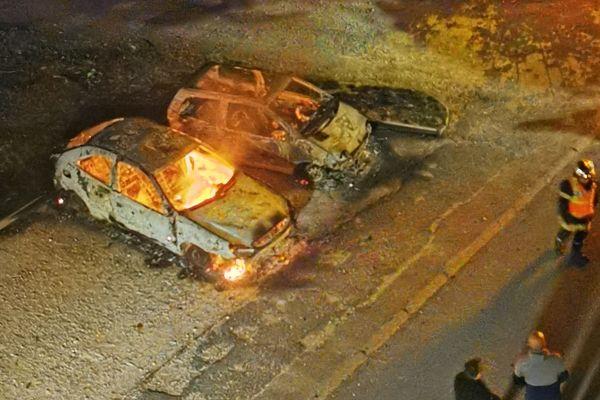 Deux voitures détruites rue Léon Gambetta à Chenôve, dans la nuit du 15 au 16 juin.