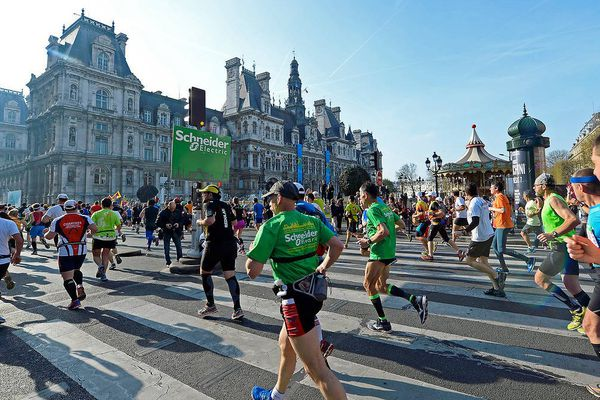 Illustration : des participants au Marathon de Paris 2015 passent devant l'Hôtel de Ville.