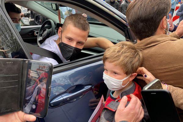 Plus de 200 personnes ont attendu leur pilote favori à l'entrée sud du circuit des 24 heures du Mans.