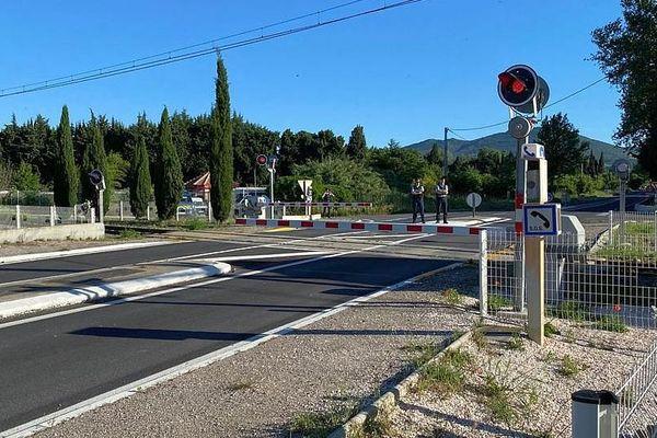 Millas (Pyrénées-Orientales) - les forces de l'ordre attendent le premier TER effectuant la liaison Perpignan/Ille-sur-Têt depuis l'accident de car mortel - 21 mai 2020.