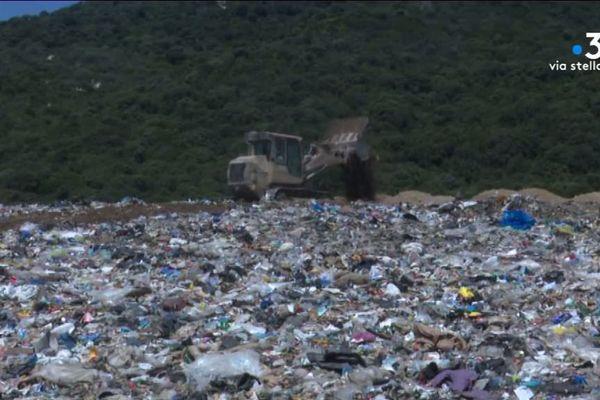 Des déchets en train d'être traités en Corse.