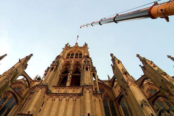 Mercredi 29 juillet 2020 une grue de 80 mètres a hisse la cloche Paul jusqu'au beffroi de la tour du chapitre qui domine la ville de Metz