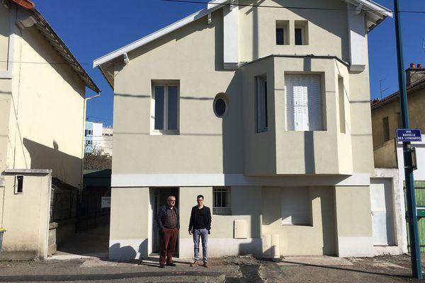Claude Hermet, vice-président d'Habitat et Humanisme Auvergne et Paulin Bertin, salarié de l'association, devant une maison entièrement rénovée à Clermont-Ferrand. Elle accueillera bientôt une famille ayant de faibles ressources.