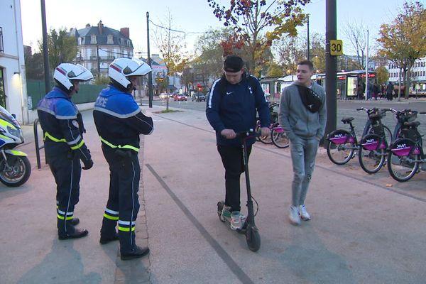 Contrôles de police et information, place de la République mercredi soir à Dijon