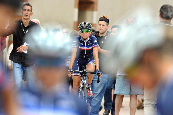 Marion Sicot en 2016 avec le maillot de l'équipe de France. Après 2 ans de suspension prenant effet en 2019, elle remonte en selle pour aller chercher un record du monde.