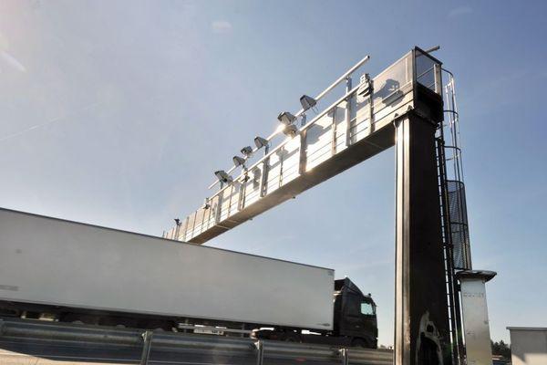 """Un camion traverse un portail """"écotaxe"""" à Montauban-de-Bretagne (mars 2014)"""