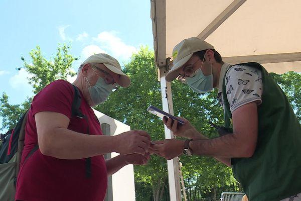 Contrôle du pass-sanitaire des visiteurs à l'entrée du parc des Combes