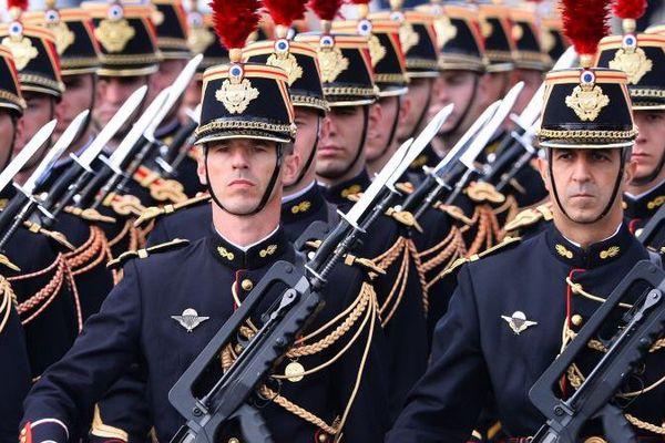 Des Gardes républicains défilent sur les Champs-Elysées, le 14 juillet 2015