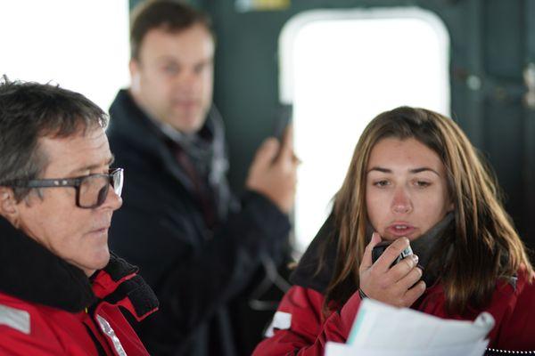 Amélie, membre du comité de course, donne par radio différentes instructions aux skippers