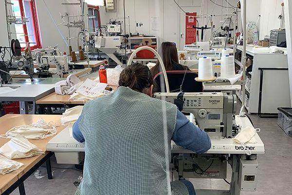 Cinq ateliers ont été réorientés pour la fabrication de masques.