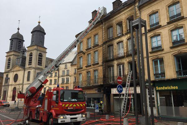 L'incendie s'est déclaré en plein centre de Sedan. Il a mobilisé 59 pompiers.