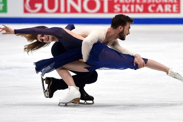 Les Français Gabriella Papadakis et Guillaume Cizeron se produisent le 24 mars 2018 lors du programme de Danse sur Glace au Championnat du Monde de Patinage Artistique de Milan 2018. Gabriella Papadakis et Guillaume Cizeron ont donné une performance record pour remporter une troisième médaille d'or dans la danse championnats du monde de patinage artistique à Milan le 24 mars.