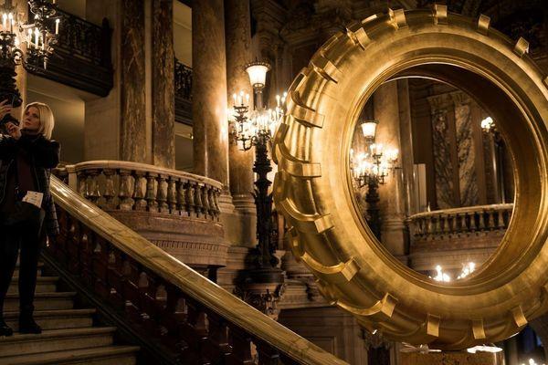 """Les deux pneus dorés, intégrés à l'ensemble d'installations """"Saturnales"""" au Palais Garnier, ont été réalisés par le plasticien Claude Lévêque pour les 350 ans de l'Opéra de paris."""