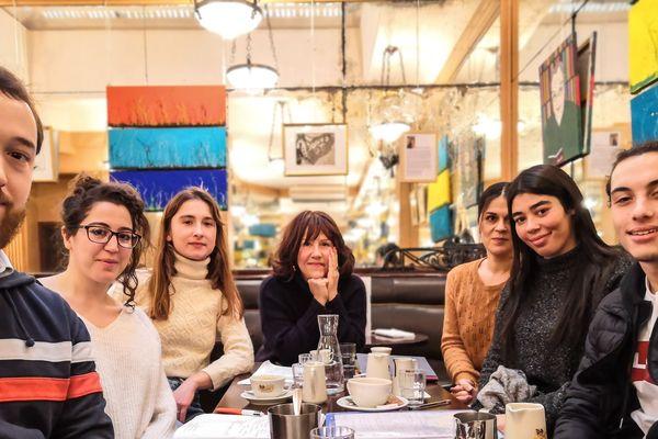 Les cinq jeunes StreetReporters à la rencontre de Raphaëlle Bacqué (journaliste au Monde) accompagnés de leur formatrice Nathalie Gathié (journaliste indépendante)