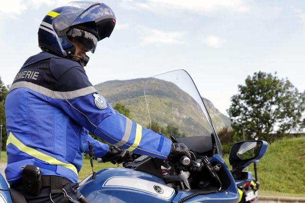 ILLUSTRATION. Blessé par l'automobiliste en fuite, le motard de la gendarmerie de Briare s'est vu délivrer 5 jours d'incapacité totale de travailler.