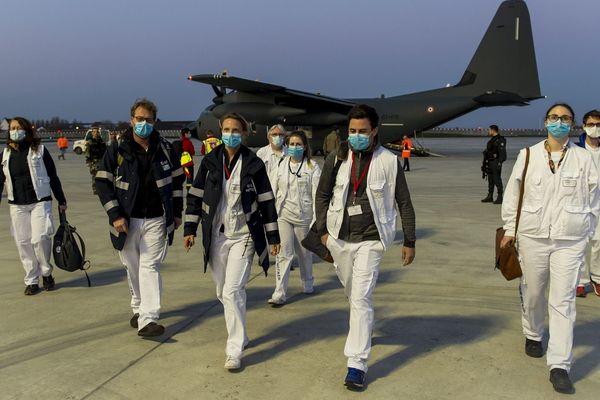 """Du personnel de santé lors d'une mission """"opération Résilience"""" entre Paris et Brest le 2 avril 2020"""