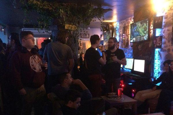 """Une centaine de joueurs s'était donné rendez-vous dans ce bar grenoblois pour la finale du Championnat du monde de """"League of legends""""."""