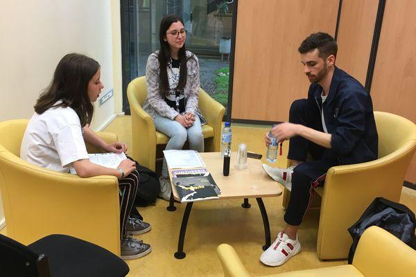 Les élèves du collège Balzac en pleine interview d'Éphèbe, inouïs de la région Centre-Val de Loire
