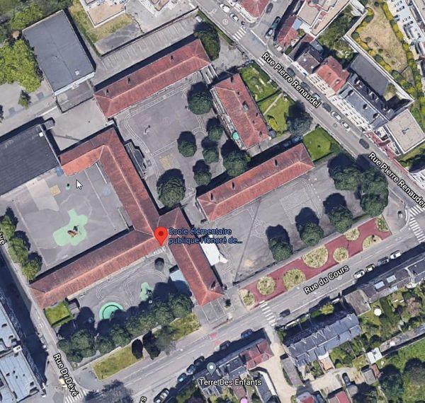 Vue aérienne des cours de l'école Balzac à Rouen