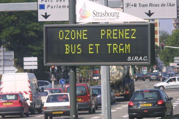 Un panneau routier à l'entrée de Strasbourg incitant les usagers de la route à utiliser les transports en commun.