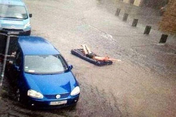 """La descente en matelas gonflable à Montpellier : une photo qui a fait le """"buzz"""" sur les réseaux sociaux mais qui est fausse le cliché date de l'été 2014 et a été pris à Munster en Allemagne"""
