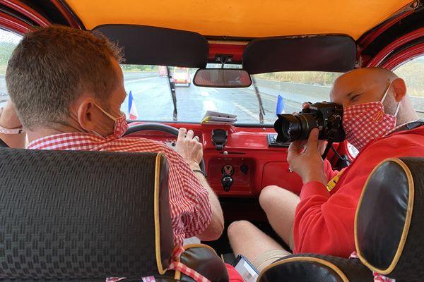 """Damien Conseil au volant et Camille Poignant à la communication. C'est l""""équipage de la 2 Cv Limousine."""